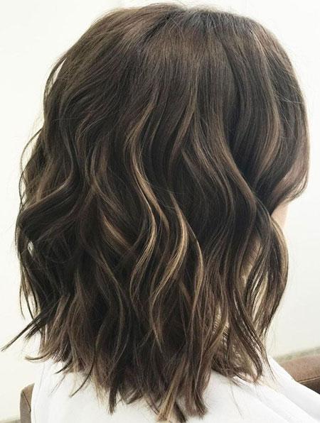 Brünettes gewelltes Haar mittel